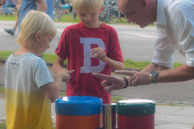 3917548938_Congas-1140x760-_-man-with-two-boys